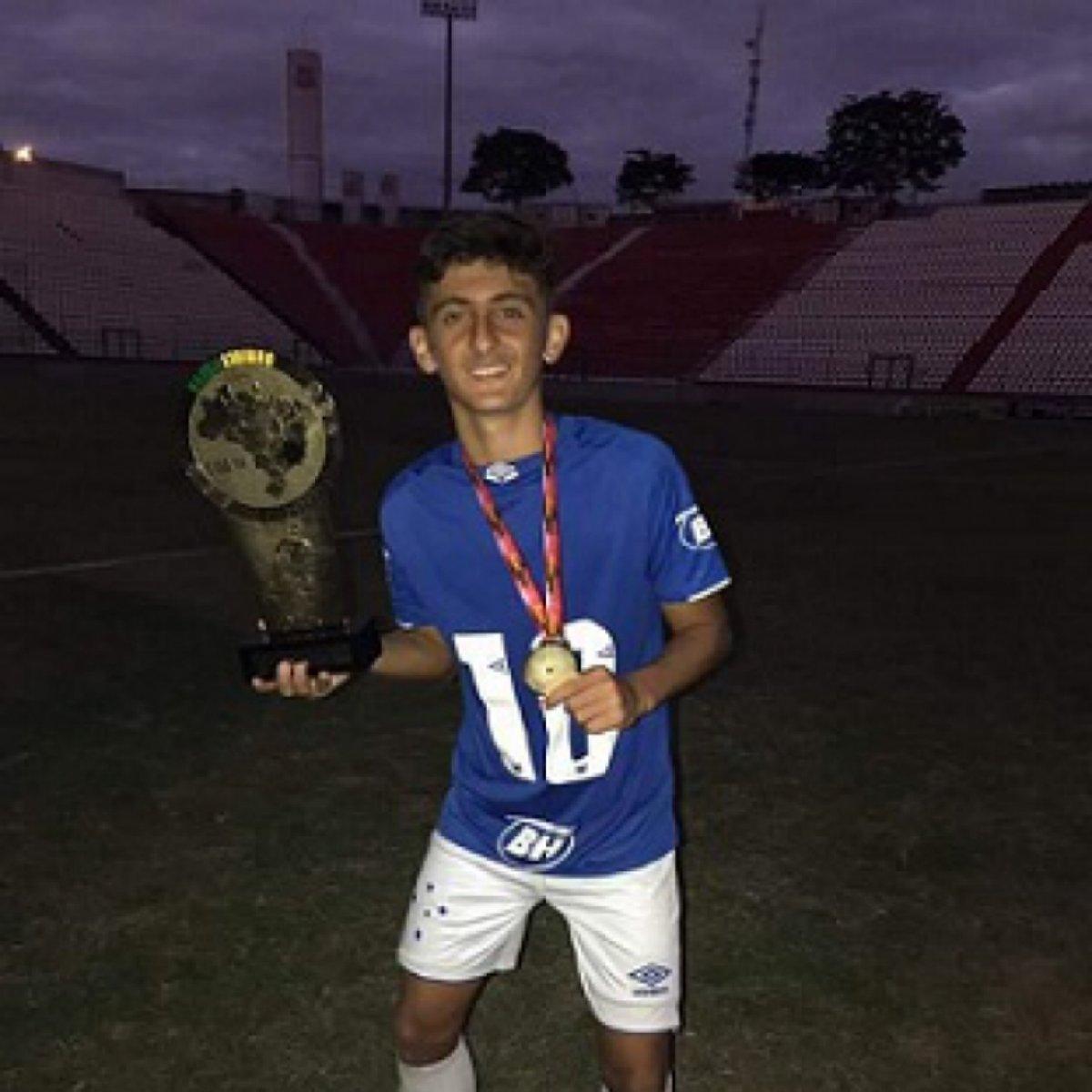 Técnico do sub-15 do Cruzeiro, Fábio Brostel elogia meia João Roberto