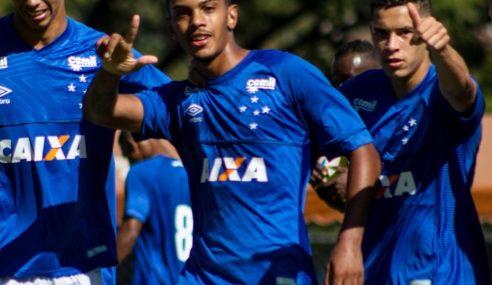 Artilheiro na base do Cruzeiro, atacante busca espaço no futebol português