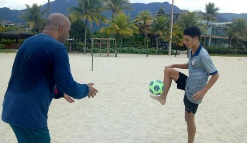 Pensando no retorno, Macaé Esporte promove cinco jogadores da base