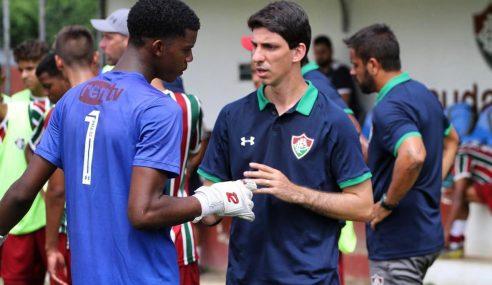Do terraço de casa pra Xerém: conheça a trajetória de Léo Signorelli, treinador de goleiros do sub-17 do Fluminense