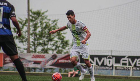 Chapecoense incorpora zagueiros do sub-17 ao grupo profissional