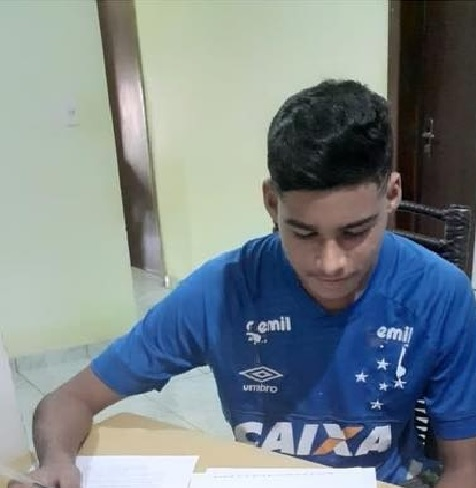 Cruzeiro assina contrato de formação com jovem promessa