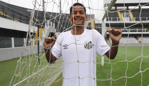 Promessa de 15 anos é convocada para treinos no sub-20 do Santos