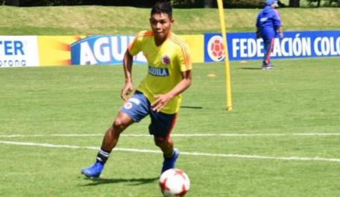 Colombiano de 19 anos é chamado para treinar entre os profissionais do Internacional