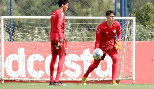 Goleiro de 15 anos fala sobre experiência de treinar entre os profissionais do Bahia