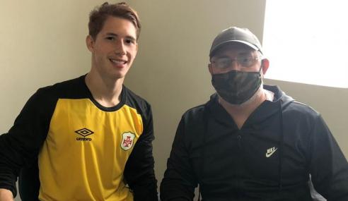 Goleiro de 17 anos assina primeiro contrato profissional com a Portuguesa Santista