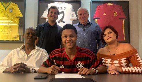 Flamengo assina primeiro contrato profissional com joia de 16 anos