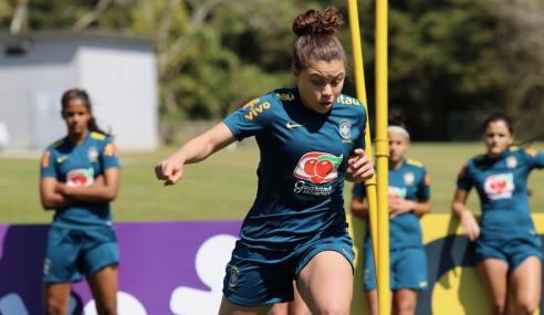 Figurinha carimbada na seleção feminina sub-17, lateral do São Paulo celebra volta aos gramados