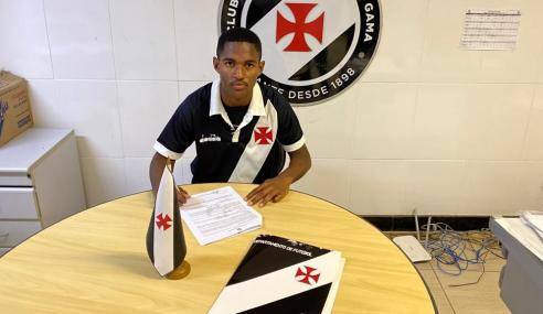 Vasco assina contrato de formação com atacante