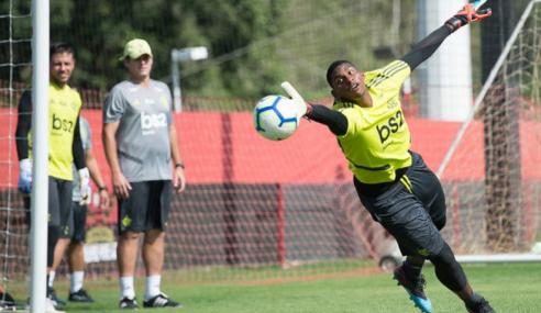 Flamengo rejeita ofertas de empréstimo por Hugo Souza e Lincoln