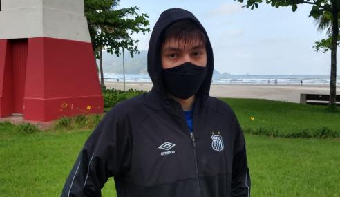 Atacante do sub-17 do Santos treina na praia visando a volta aos gramados