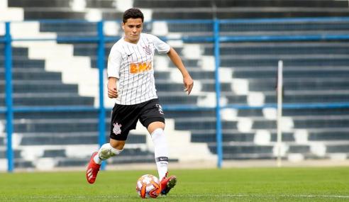 Zagueiro das seleções de base da Argentina assina contrato profissional com o Corinthians