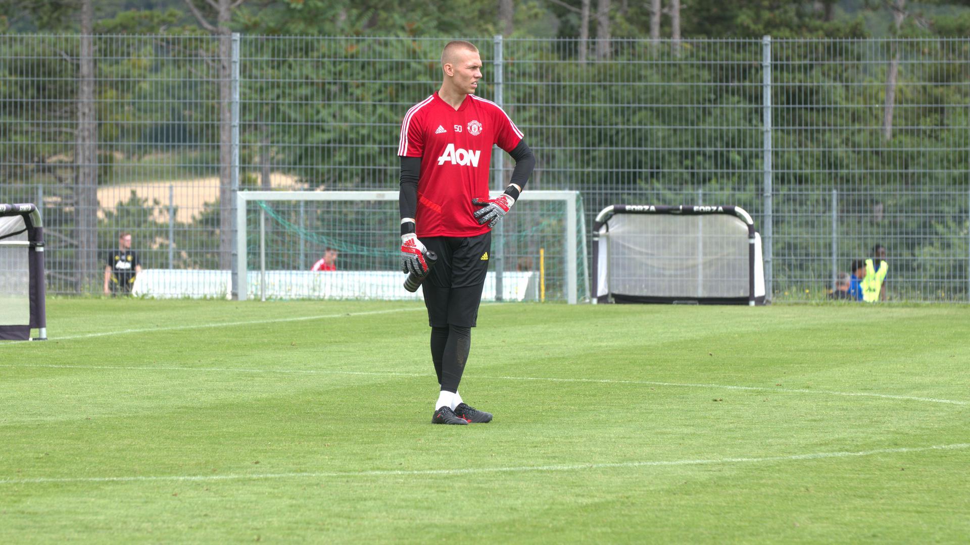 Blackpool-ING assina por um ano com goleiro eslovaco do Manchester United-ING