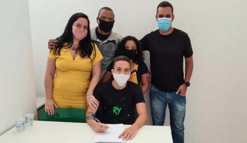 Fluminense assina primeiros contratos profissionais com dois laterais da base