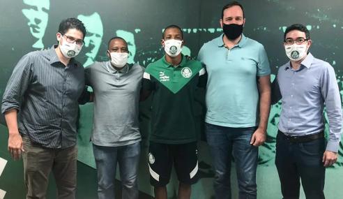 Após estrear como profissional, Danilo renova com o Palmeiras