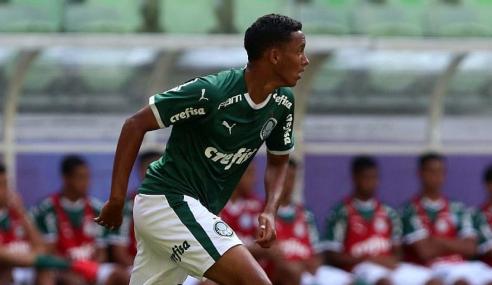 Zagueiro de 17 anos assina primeiro contrato profissional com o Palmeiras