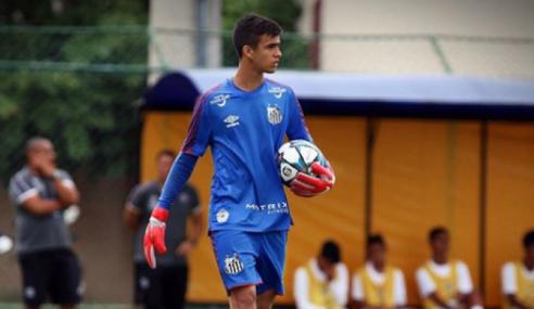 Santos promove goleiro de 15 anos ao sub-17