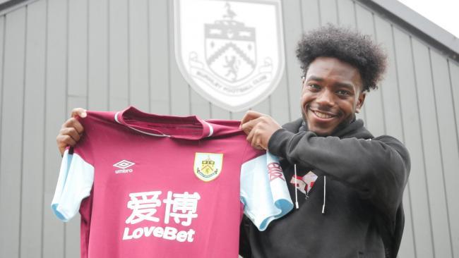 Burnley-ING apresenta jovem de 18 anos ex-Arsenal-ING
