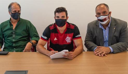 Após ser afastado, campeão mundial sub-17 renova com o Flamengo