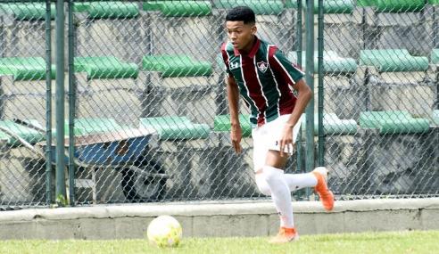 Volante de 16 anos assina primeiro contrato profissional com o Fluminense