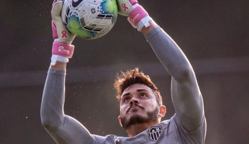 Atlético-MG renova com goleiro titular do sub-20 e libera zagueiro do sub-17