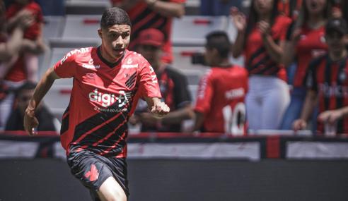Léo Costa celebra primeiro contrato profissional com o Athletico-PR