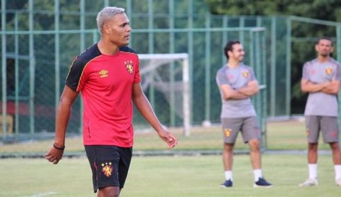 Sport Recife oficializa volta de atacante Mikael