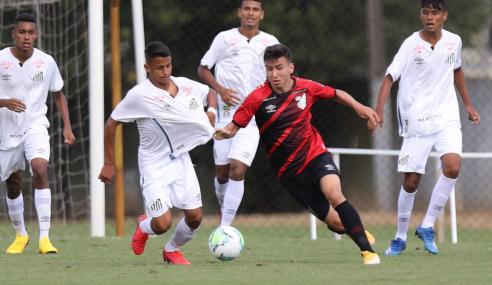 De virada, Santos vence Athletico-PR e assume a liderança do grupo no Brasileirão sub-17