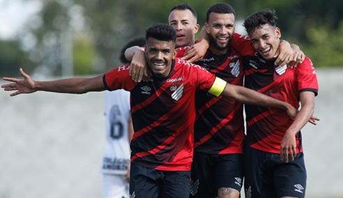 Athletico-PR goleia líder Corinthians e dorme em terceiro no Brasileirão sub-20