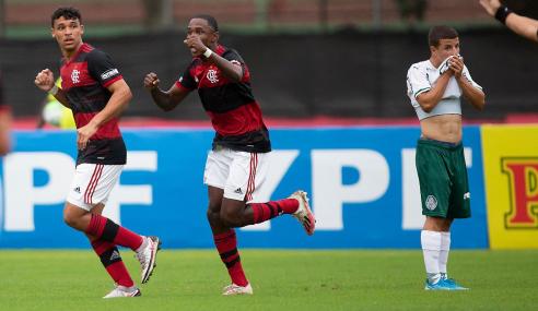 Flamengo aproveita expulsão, vira e goleia Palmeiras pelas quartas do Brasileirão sub-17