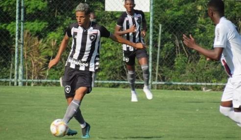 Lateral troca Botafogo pelo Flamengo, e clube alega leilão de empresários