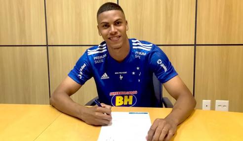 Cruzeiro renova com zagueiro Paulo, que integra time profissional