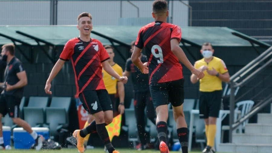 Athletico-PR goleia Grêmio e avança com facilidade no Brasileirão sub-17