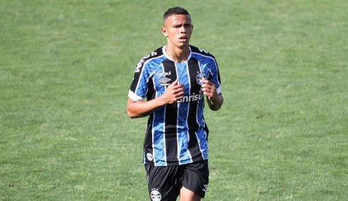 Grêmio encaminha renovação com dois atletas da base e contrata mais um estrangeiro