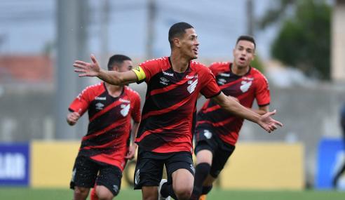Athletico-PR decide no segundo tempo, bate Flamengo e vai à final do Brasileirão Sub-17