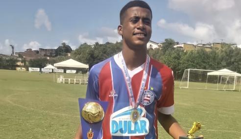 Com apoio da família e exemplo do irmão, Gabriel Amaral surge como esperança de gols na base do Bahia