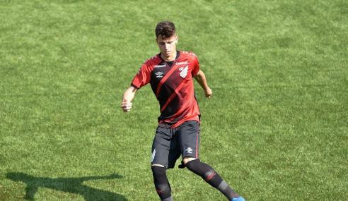 Athletico-PR renova com volante do sub-20 e estipula multa milionária