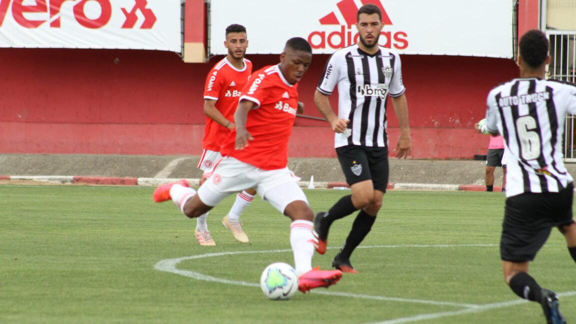 Dupla decide, Atlético-MG vence Internacional e garante vaga nas quartas do Brasileirão Sub-20