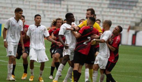 Briga generalizada mancha final entre Athletico-PR e Fluminense