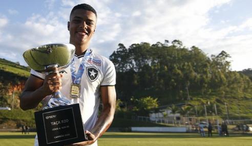 Botafogo assina primeiro contrato profissional com zagueiro do sub-20