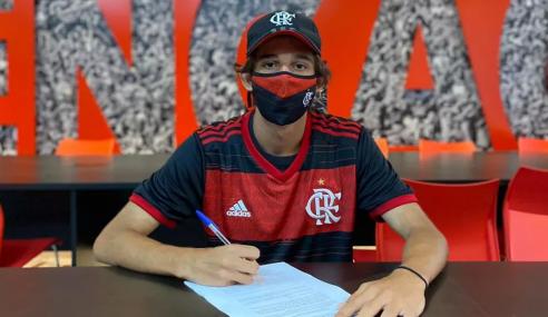 Flamengo firma contrato profissional com artilheiro do sub-17