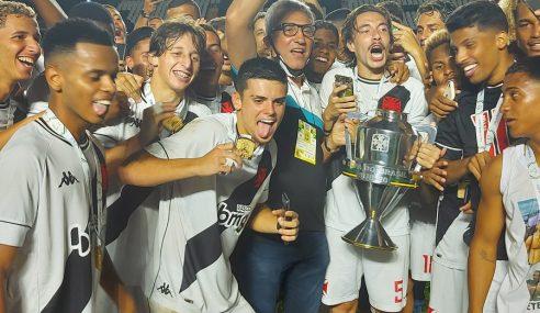 Dirigentes vascaínos comemoram conquista inédita do time sub-20