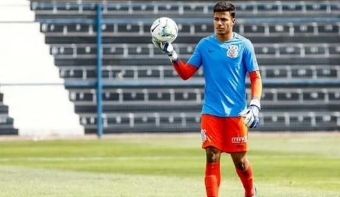 Goleiro do sub-17 se despede do Corinthians, que amplia contrato de meia