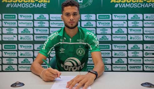 Chapecoense renova até 2023 com zagueiro do time sub-20