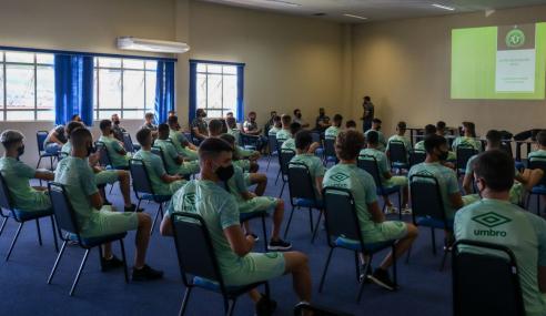 Elenco sub-17 da Chapecoense volta aos treinos