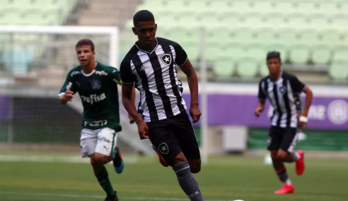 Botafogo negocia contrato profissional com atacante alvo de clubes europeus