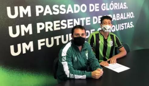Zagueiro promovido ao sub-20 assina contrato profissional com o América-MG