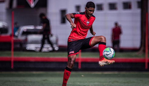 Artilheiro do sub-17 assina contrato profissional com o Atlético-GO e se diz ansioso por estreia
