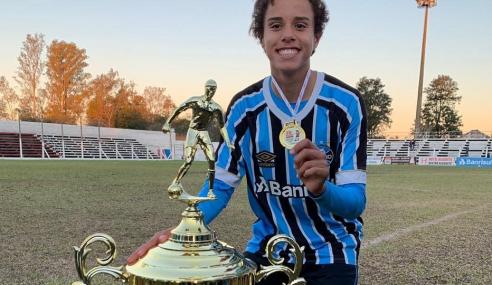 Atacante com apelido de craque assina contrato profissional com o Grêmio