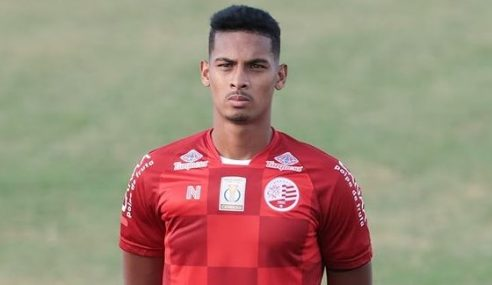 Zagueiro que interessa ao Corinthians renova contrato com o Náutico